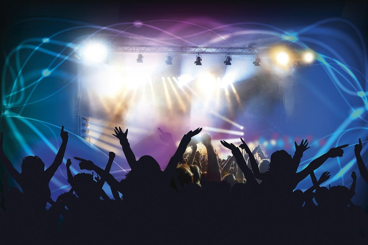 """""""Höjden av frihet är att stå framför scenen och bara dansa loss, höja armarna i luften och bara finnas till"""" - Dag 92 av 365"""